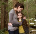 Breaking_Dawn_renesmee_bella_hug.jpg